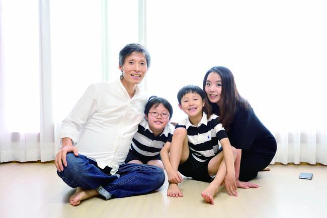2017년 9월 집 거실에서 촬영한 가족사진. 사진=시사IN