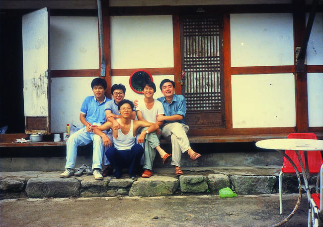 1989년 대학 3학년 때 심포지엄 팀원들과 춘천 소양댐 부근 청평사로 워크숍을 갔다. 가운데 앉아 있는 이가 이용마 기자.