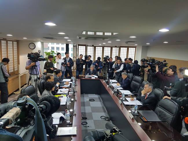 13일 열린 방문진 이사회에서는 수많은 취재진 속에서 김장겸 사장의 해임안이 논의됐다.