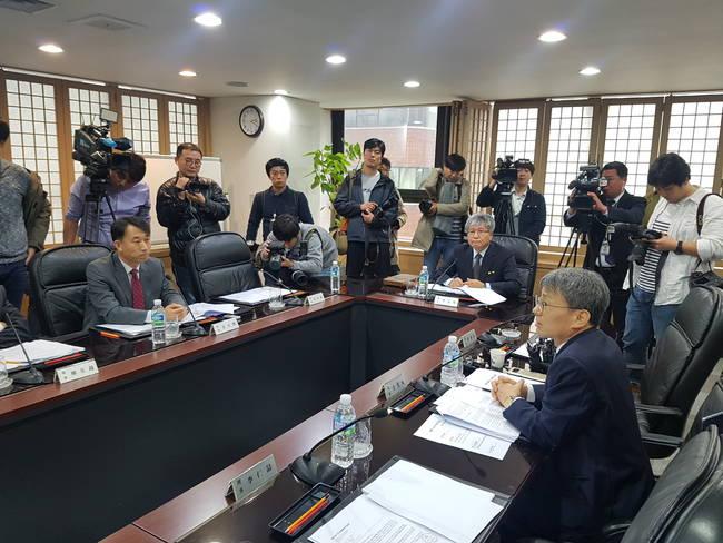 13일 열린 방문진 이사회에서 발언을 하고 있는 김광동 이사(오른쪽).