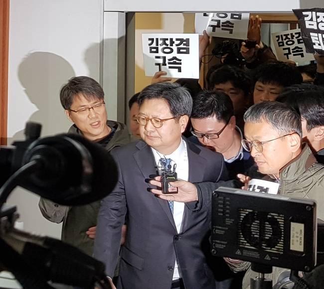 지난 8일 방문진 이사회에 참석하기 위해 들어선 김장겸 MBC 사장의 모습. 이날 김 사장은 이사회장 50m 앞에서 불참 의사를 밝히고 되돌아섰다.