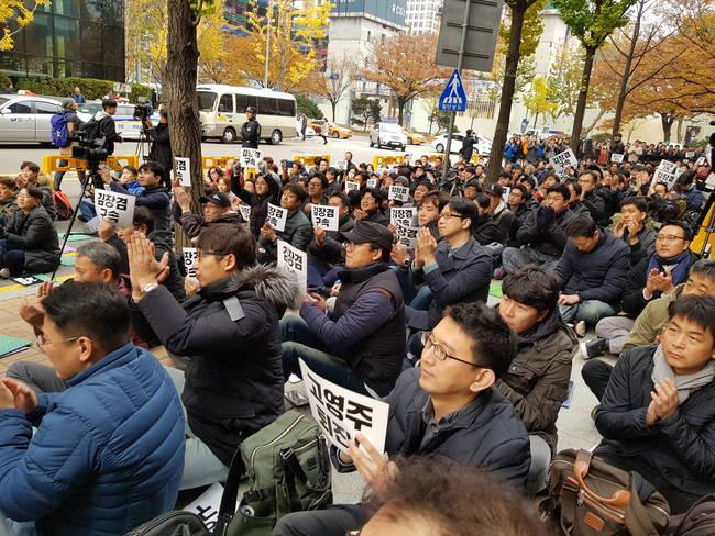 13일 서울 여의도 율촌빌딩 앞에서 800여명의 MBC 언론인들이 김장겸 사장 해임 소식에 환호하고 있다.