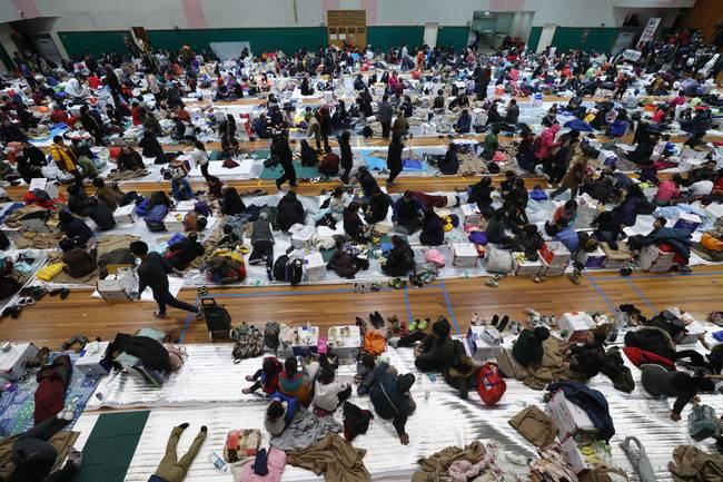 경북 포항시에 5.4 규모의 지진이 발생한 가운데 16일 오후 포항 북구 흥해읍 흥해실내체육관에서 이재민들이 이틀째 머물고 있다. (뉴시스)