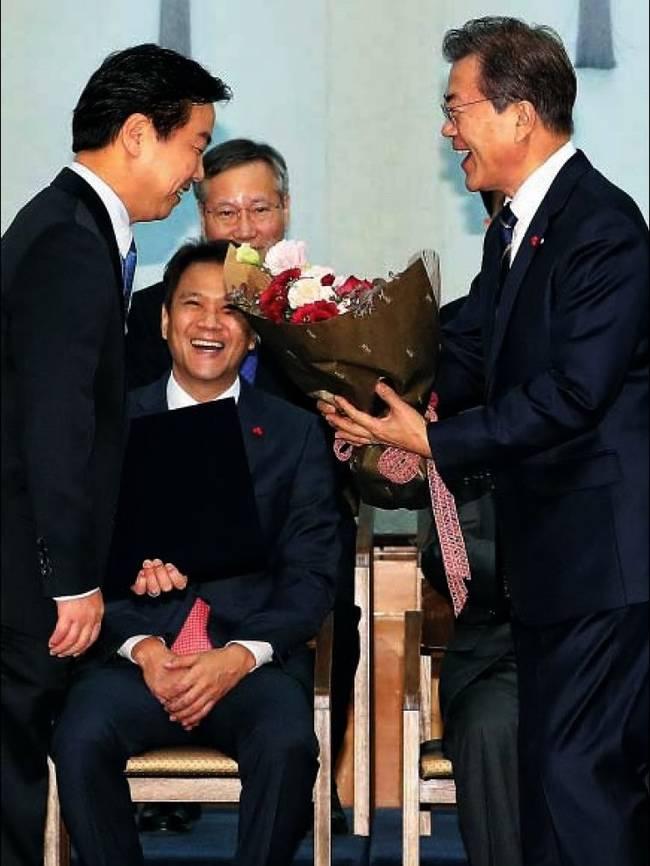 조선일보 22일자 1면 사진.