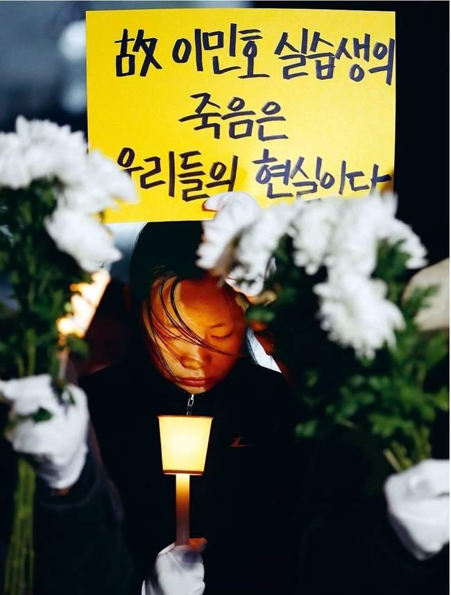 한겨레 22일자 1면 사진.