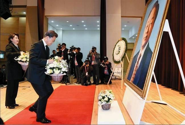 중앙일보 23일자 1면 사진.