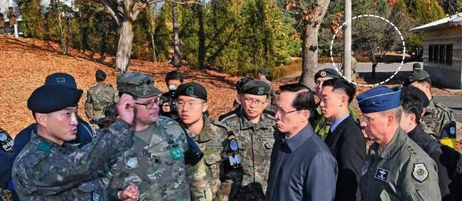 서울신문 28일자 1면 사진.
