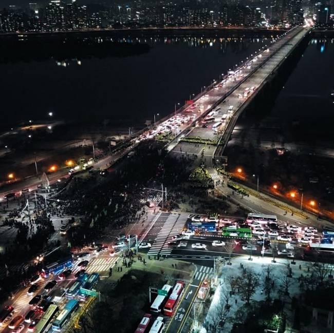 조선일보 29일자 1면 사진.