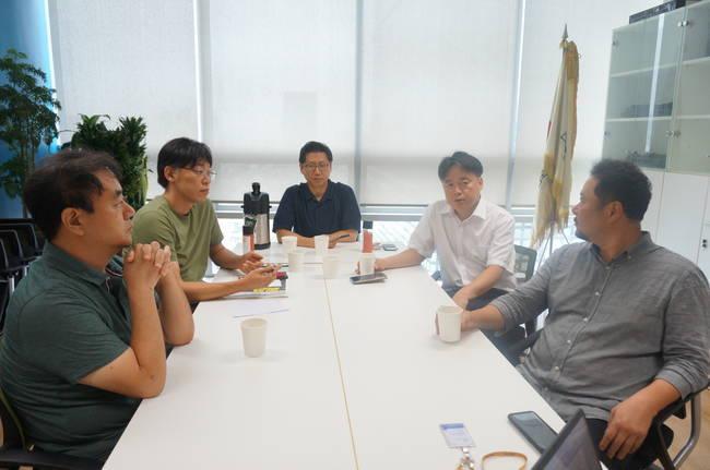 지난 8월 기자협회보가 만난 MBC 해직언론인들. 왼쪽부터 강지웅 정영하 박성호 최승호 박성제. 암투병 중인 이용마 기자는 이날 인터뷰에 참석하지 못했다.