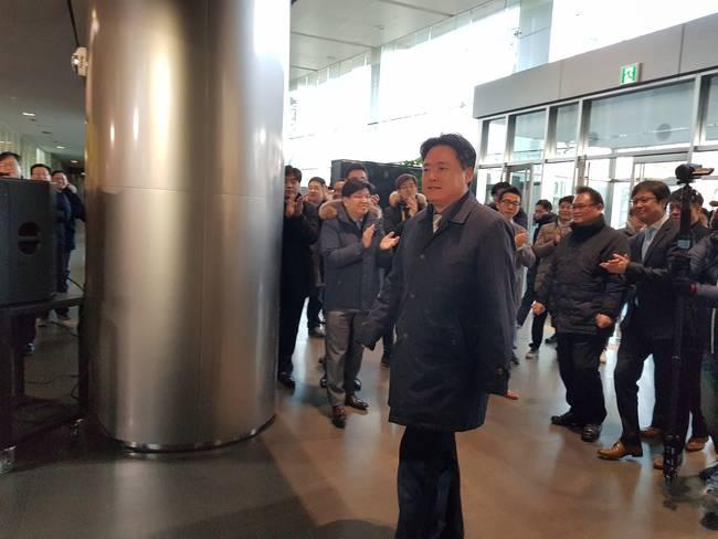 최승호 사장의 출근길을 MBC 구성원들이 환호하며 맞이하는 모습.