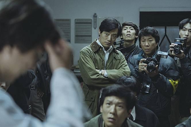 영화 '1987'에서 고 윤상삼 동아일보 기자 역할을 맡은 이희준(가운데). CJ엔터테인먼트 제공