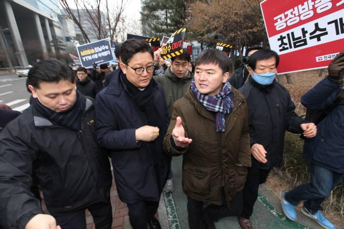 지난 8일 YTN 사옥 인근에서 최남수 사장(왼쪽에서 두번째)의 출근저지 투쟁을 하고 있는 박진수 YTN지부장(왼쪽에서 세번째). (전국언론노조 제공)