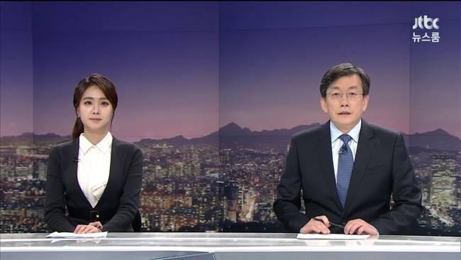 JTBC뉴스룸 방송 장면. 왼쪽부터 안나경 아나운서와 손석희 JTBC 보도부문 사장 및 앵커.