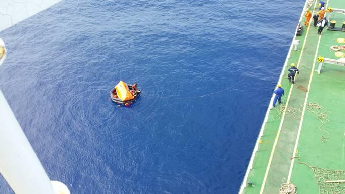 그리스 선박 엘피다호 선원들이 표류하던 스텔라데이지호 선원 2인의 구조를 앞둔 모습.(시사IN)