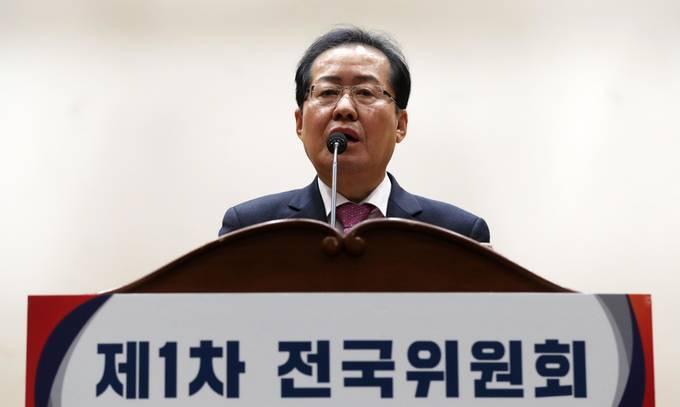 자유한국당 홍준표 대표가 2일 오전 서울 여의도 국회 의원회관 대회의실에서 열린 제1차 전국위원회에 참석해 모두발언을 하고 있다. (뉴시스)