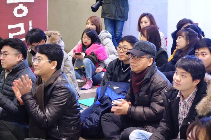 9일 YTN 9일차 파업 집회에 참여한 노조 조합원들. 한 조합원이 자녀와 함께 참석했다. (김달아 기자)