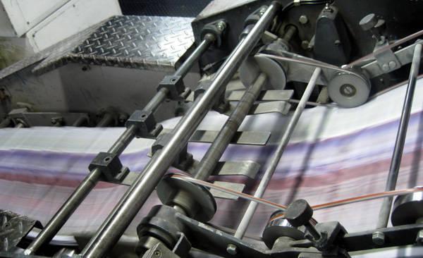 신문업계와 제지업계 간 신문제작용 용지값 인상을 놓고 신경전을 벌이고 있다.