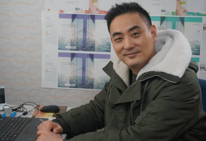 드라마제작사 실크우드(주) 김승조 대표가 지난 9일 서울 마포구 서교동 회사 사무실에서 사진촬영을 위해 포즈를 취한 모습.