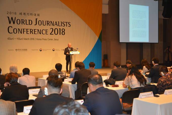 이효성 방송통신위원장이 5일 오전 서울 중구 한국프레스센터에서 열린 '2018 세계기자대회'에 참석해 기조연설을 하고 있다.