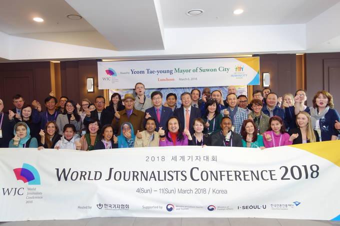 6일 2018 세계기자대회 기자들이 6일 경기도 수원을 방문해 오찬장에서 포즈를 취하고 있다.