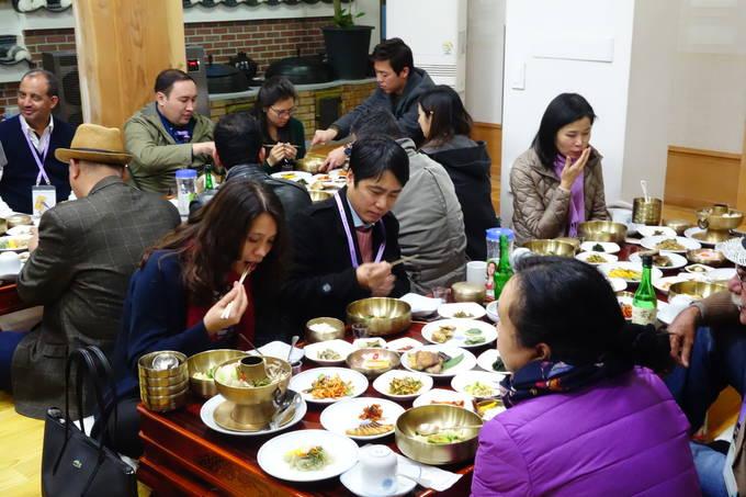 7일 세계기자들이 안동의 종가 음식으로 유명한 예미정에서 한식을 맛있게 먹고 있다.