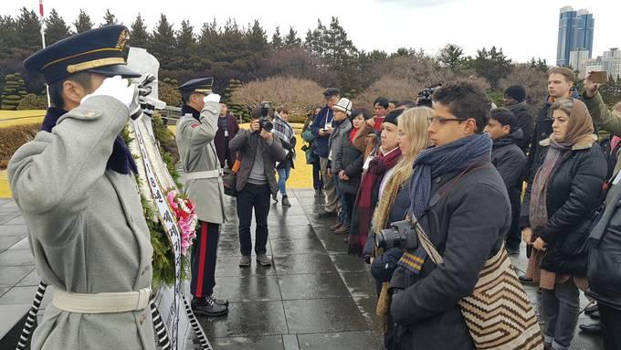 7일 오후 유엔기념공원을 찾은 세계 기자들이 유엔군의 숭고한 희생정신을 기리며 참배, 헌화했다.