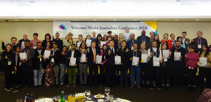 10일 오후 송도컨벤시아에서 열린 만찬장에서 세계 기자들이 '한반도 평화를 위한 세계기자 선언문'을 채택했다.