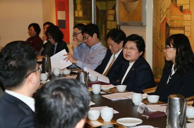 정현백 여성가족부 장관이 12일 광화문 인근의 한식당에서 한국기자협회 임원진과 간담회를 갖고 '미투운동'과 관련해 2차 피해 방지와 피해자 보호를 위한 언론의 역할을 주문했다. (사진=여성가족부 제공)