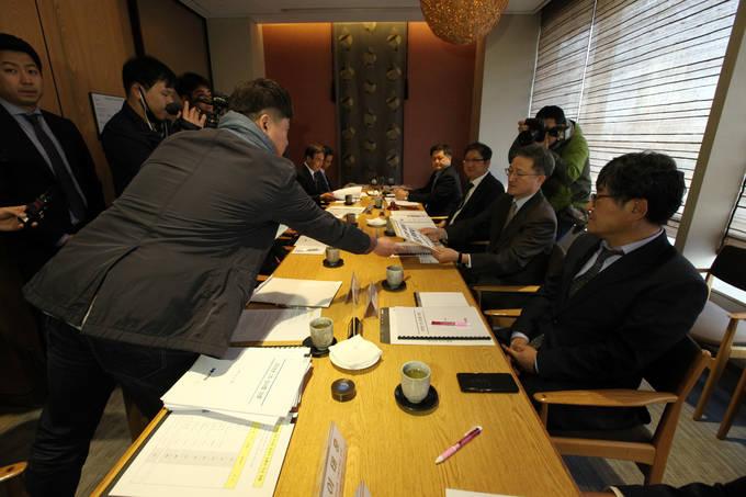 박진수 언론노조 YTN지부장(왼쪽)이 13일 오전 서울 쉐라톤팔래스강남호텔에서 열린 YTN 이사회에 '최남수 사장 해임 청원서'를 전달하고 있다. (전국언론노동조합 제공)