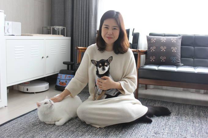 '만세'가 고른 가장 편안한 곳을 배경으로 사진을 찍었다. 흰 고양이가 '만세', 신소윤 기자의 품에 안긴 개가 '제리'.