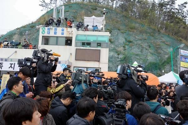 2014년 4월19일 오전 진도 팽목항에서 정부 관계자가 브리핑에 나서자 기자들이 취재에 나섰다. 팽목항 대합실 옥상에도 취재진들이 즐비해 있다.