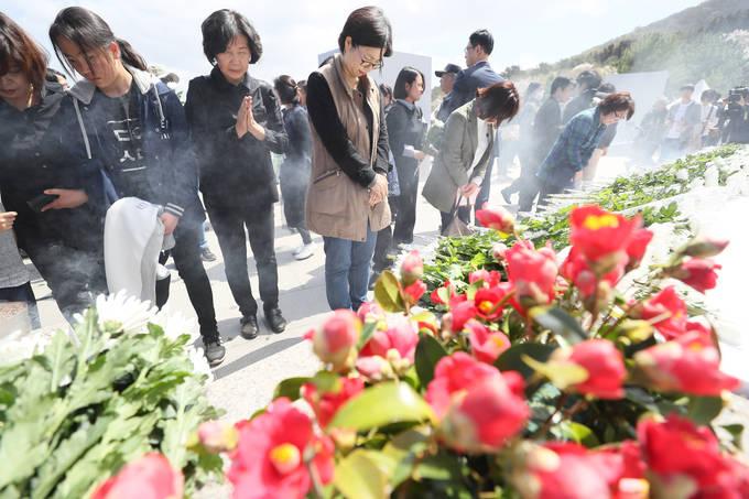 지난 3일 오전 제주시 봉개동 4?3 평화공원에서 열린 제70주년 4?3 희생자 추념식에서 참석자들이 추모비를 참배하고 있다. (연합뉴스)