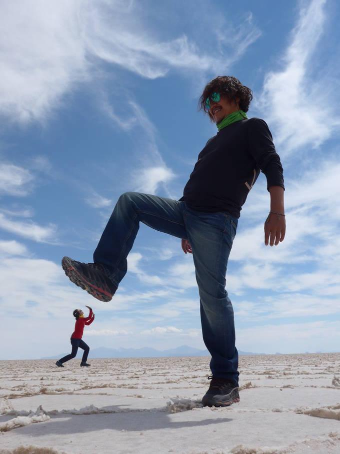 볼리비아 우유니 소금사막에서 김승근 대구일보 기자(오른쪽)와 그의 아내가 찍은 사진. 끝없는 지평선을 이용한 착시사진이다.
