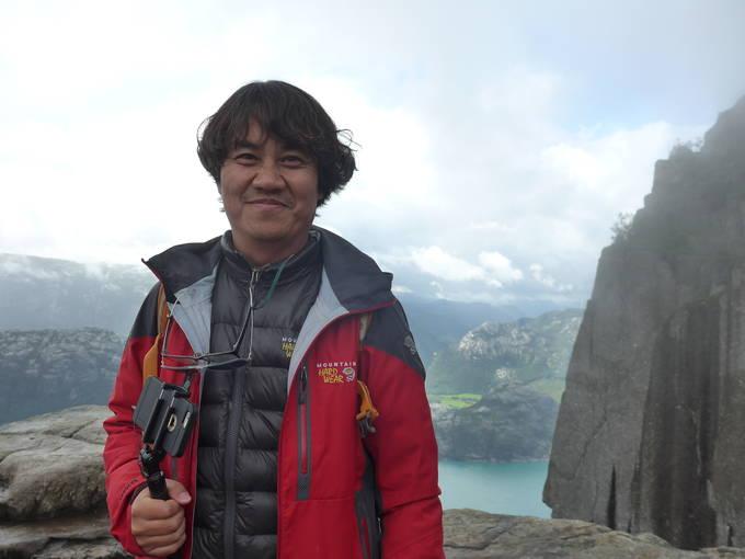 노르웨이의 바위산 펄핏록을 배경으로 포즈를 취한 김승근 기자.