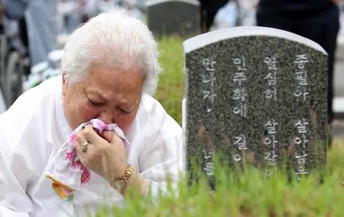 제38주년 5.18민주화운동 기념일인 지난 18일 오전 광주 북구 국립 5.18민주묘지에서 한 유족이 슬픔을 추스리고 있다. (뉴시스)