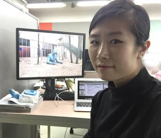 유재연 전 JTBC 기자가 서울대 융합과학기술대학원 연구실 책상을 배경으로 포즈를 취하고 있다. 그는 지난 2015년 JTBC를 그만두고 그 해 9월 석사과정에 진학해 현재 박사과정 입학을 앞두고 있다.