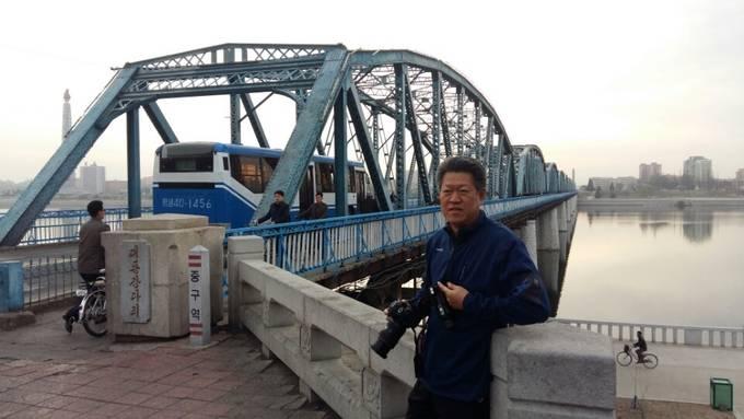 평양 대동강 다리 앞에서 포즈를 취한 진천규씨. (진천규씨 제공)
