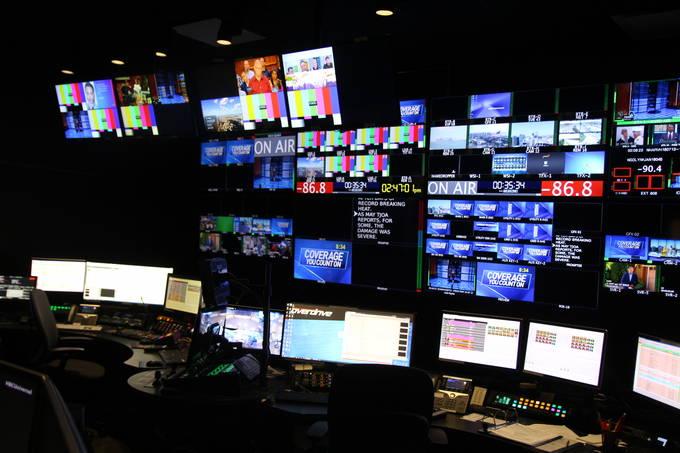 미국 기자들의 하루도 바쁘게 돌아가긴 마찬가지다. 이들은 잦은 오너십 교체와 빈번한 구조조정 같은 문제들에도 항시 노출돼 있다. 사진은 지난달 13일 캘리포니아주 샌디에고에 위치한 케이블 방송사 NBC7 주조정실 모습.