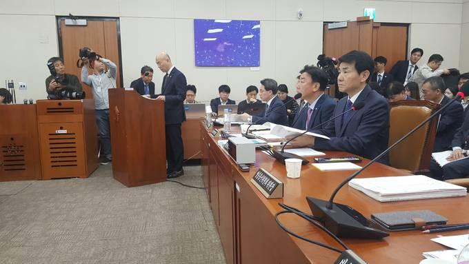 11일 국회 과학기술정보방송통신위원회 국정감사실에서 이효성 방송통신위원장이 의사발언을 진행하고 있다.
