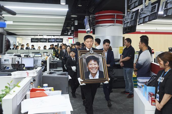 고 이용마 MBC기자의 영결식 '세상은 바꿀 수 있습니다' 시민사회장이 23일 서울 상암 MBC 앞 광장에서 열렸다. 사진은 영결식에 앞서 유족이 이 기자의 영정사진을 들고 보도국을 방문한 모습.(언론노조 MBC본부)