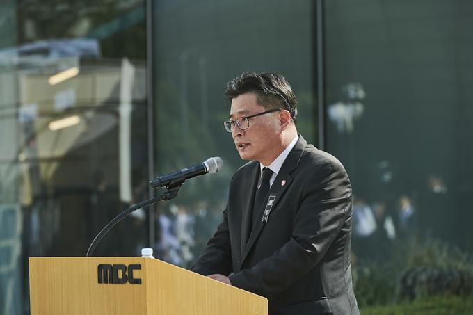 고 이용마 MBC기자의 영결식 '세상은 바꿀 수 있습니다' 시민사회장이 23일 서울 상암 MBC 앞 광장에서 열렸다. 오정훈 언론노조 위원장이 조사를 하는 모습. (언론노조 MBC본부)